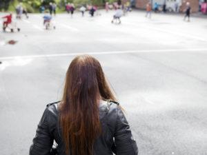 Flicka bakifrån på skolgard