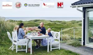 Familj vid stuga i Danmark